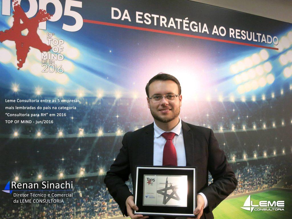 Renan Sinachi, diretor técnico da Leme Consultoria / Gestão e Estratégia, recebe a placa do TOP 5 em evento da Editora Fênix.