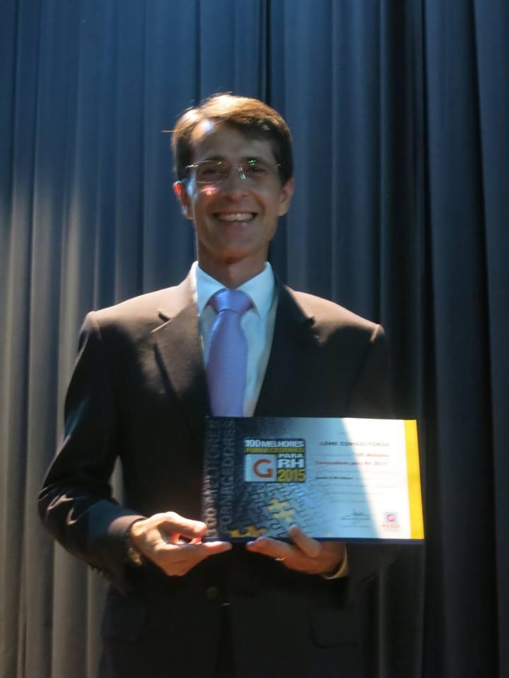 Sr. Julio Cesar Toledo (centro), Gerente Comercial, recebe certificado.